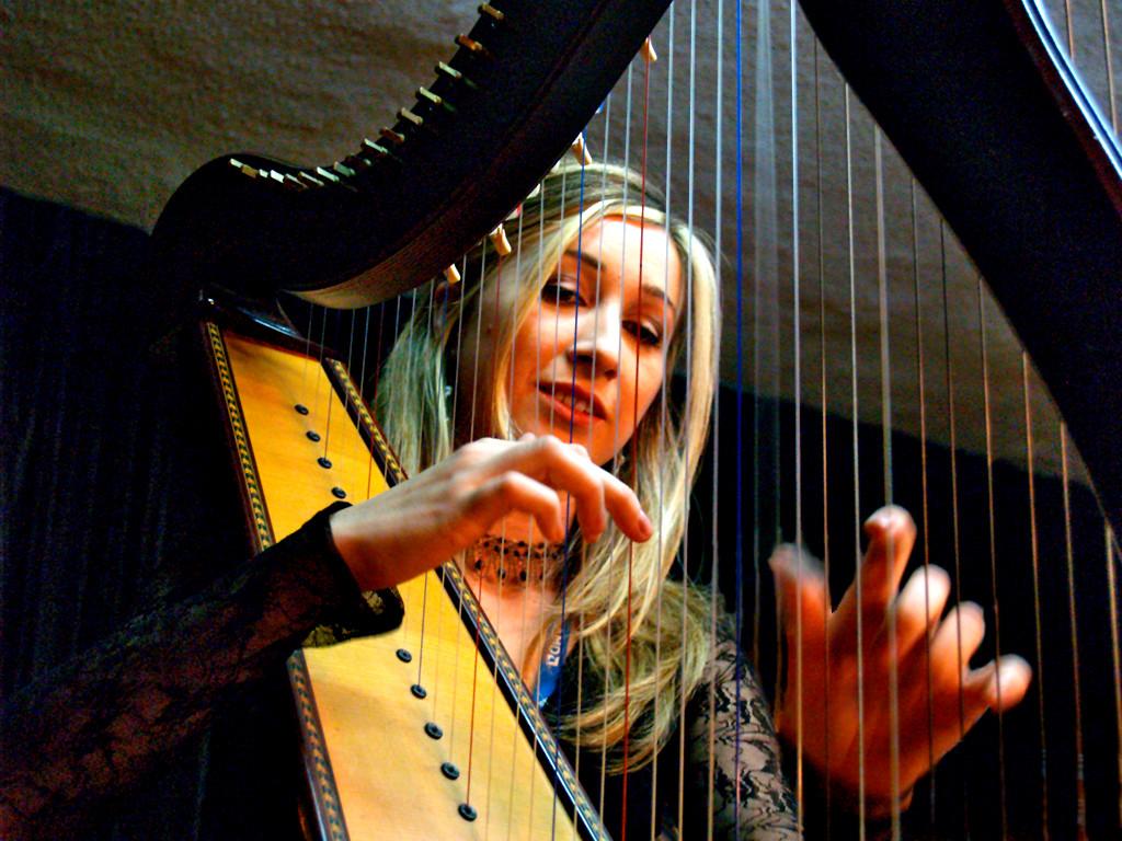 Elena Aker, arpista. En concierto de arpa