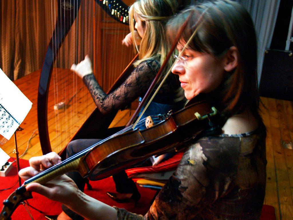 Elena Aker, arpista. Arpa y violín en vivo