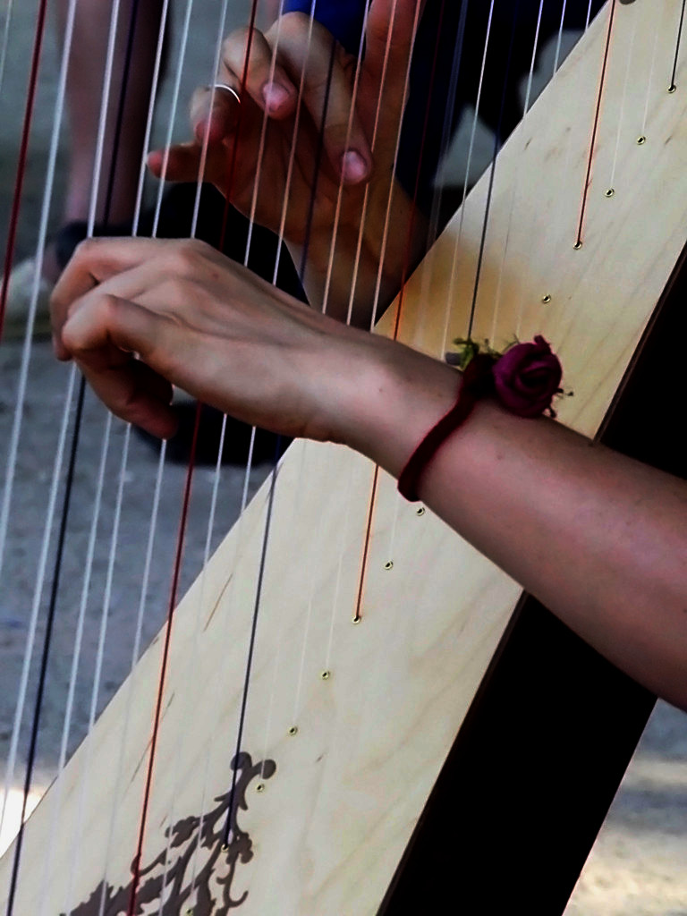Elena Aker, arpista. Detalle del arpa