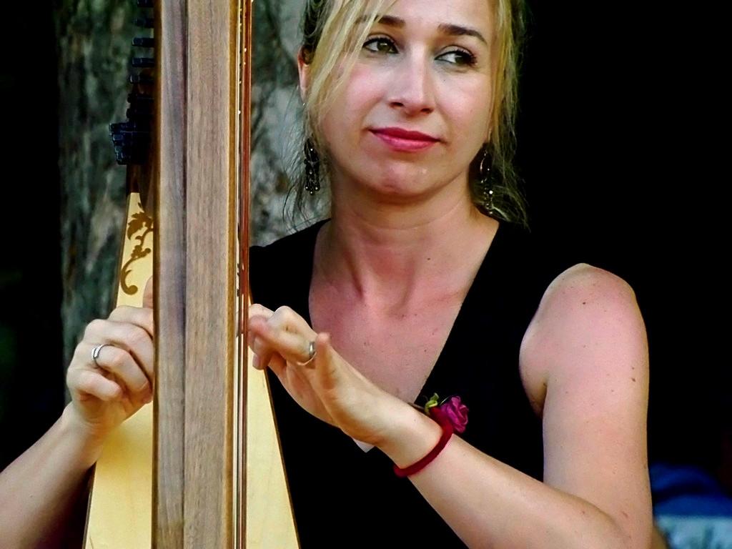 Elena Aker, arpista. Música y sentimiento