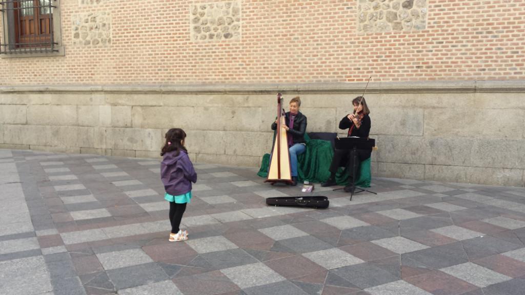 Elena Aker, arpista. Andaina, arpa y violín en Arenal