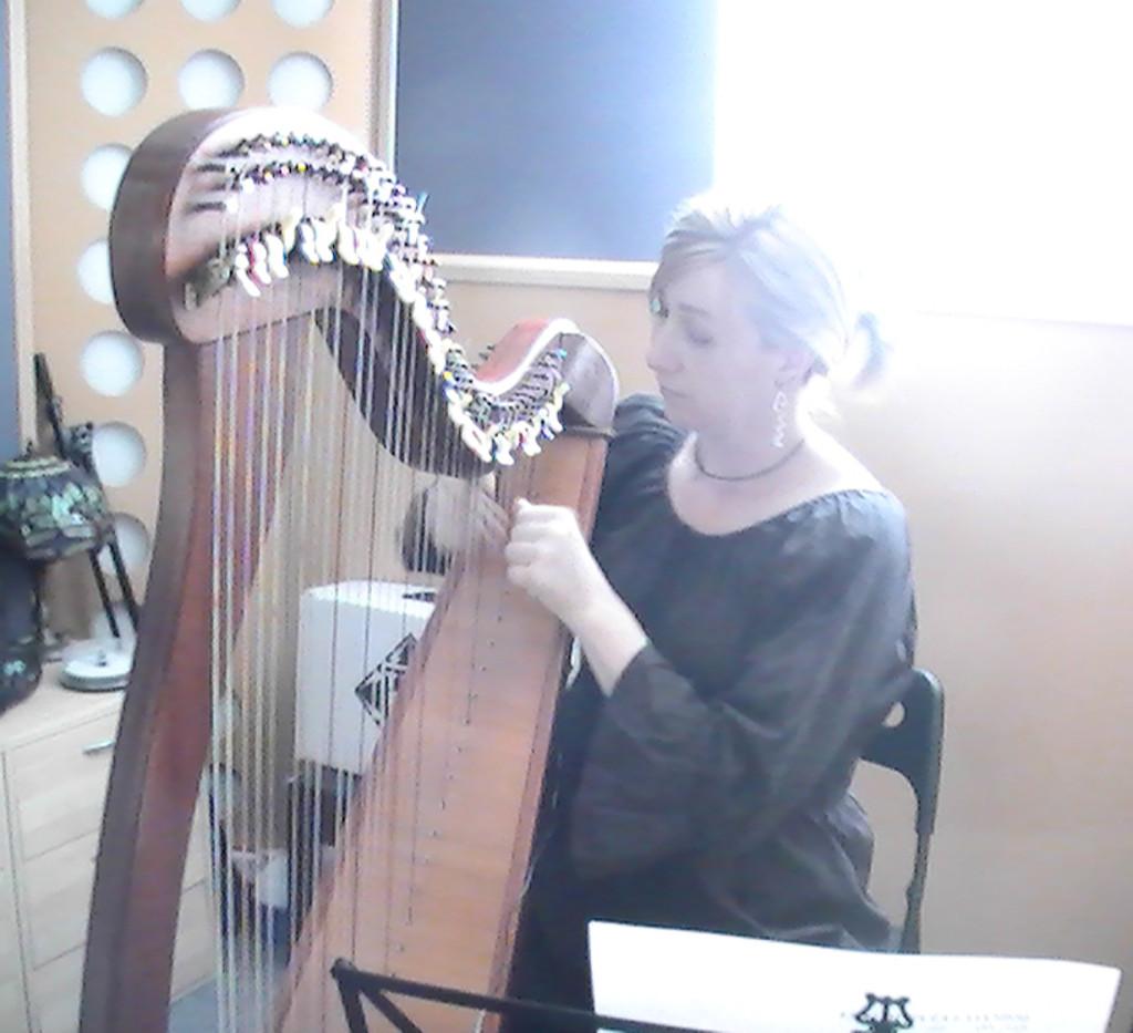 Elena Aker, arpista. Comprobando el arpa