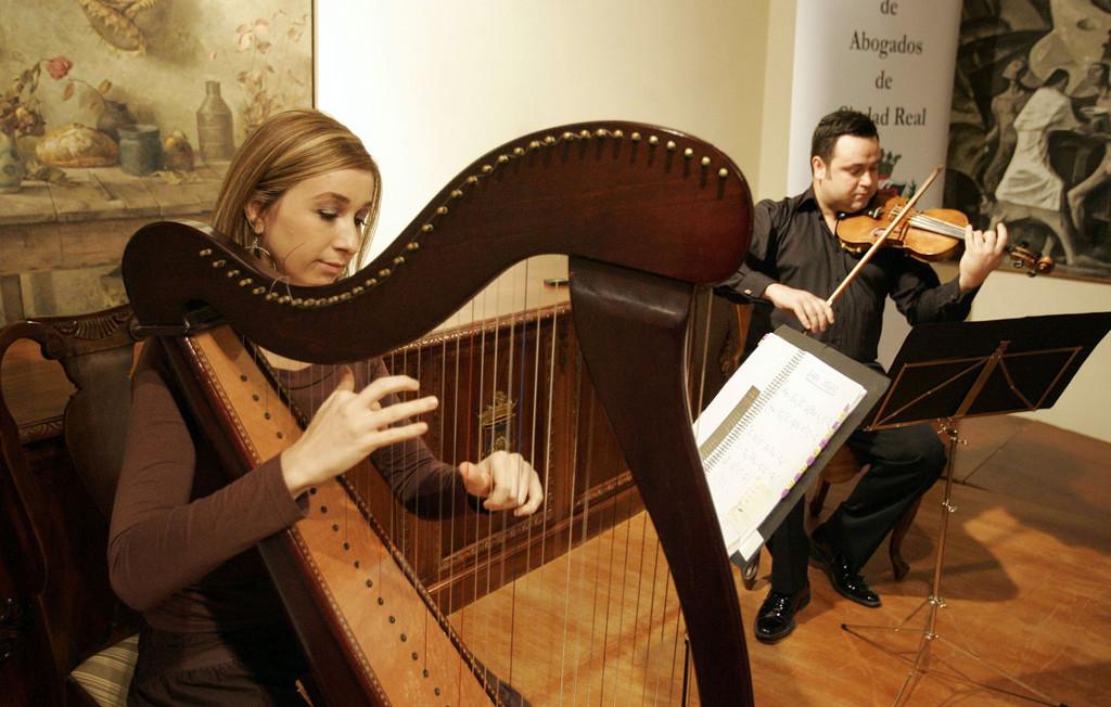 Elena Aker, arpista. Concierto de arpa y violín en Ciudad Real