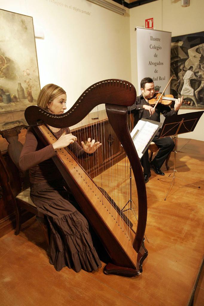 Elena Aker, arpista. Concierto de arpa y violín en el colegio de abogados