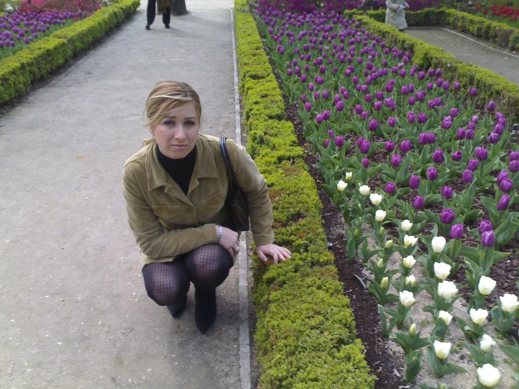 Elena Aker, arpista. Elena en el parque con tulipanes
