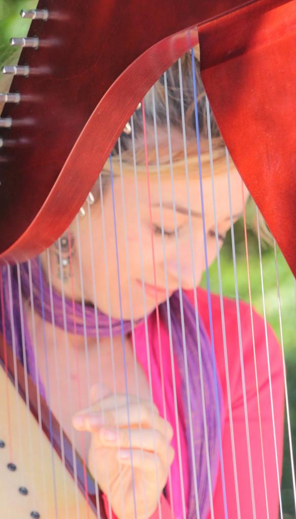 Elena Aker, arpista. Aker y su música