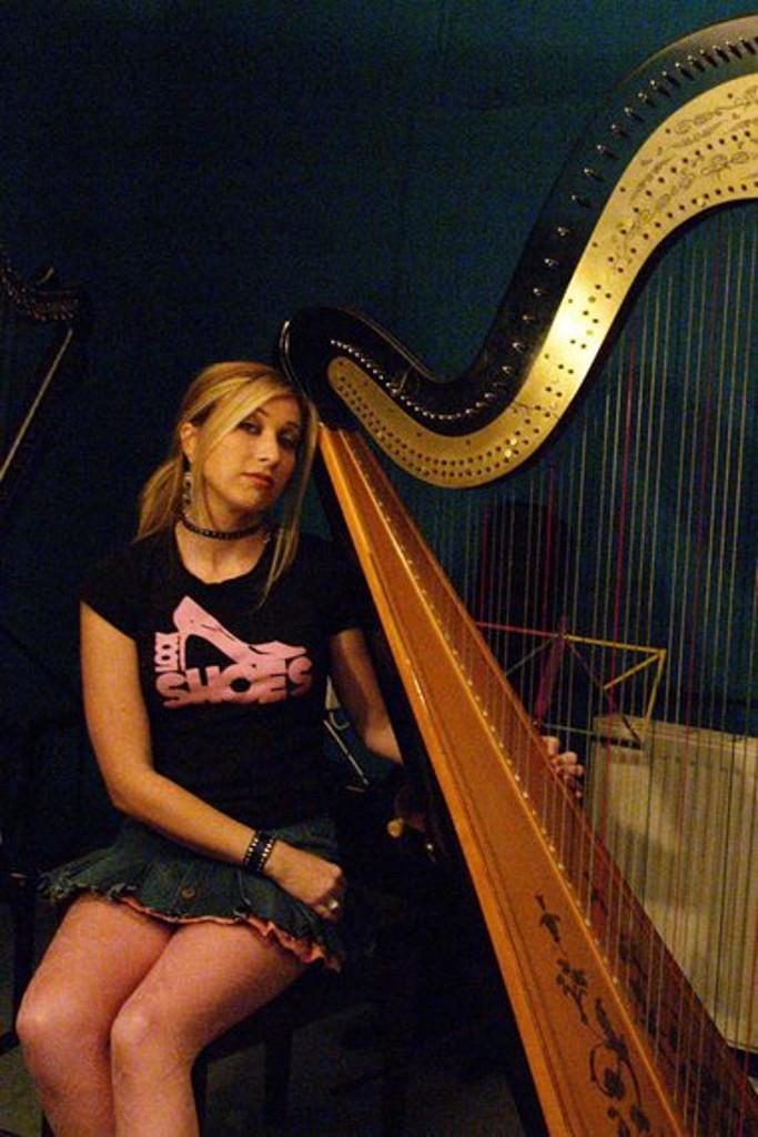Elena Aker, arpista. Aker 2002 arpa clásica