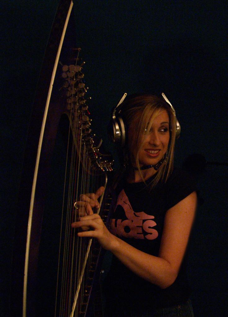 Elena Aker, arpista. Grabación en estudio